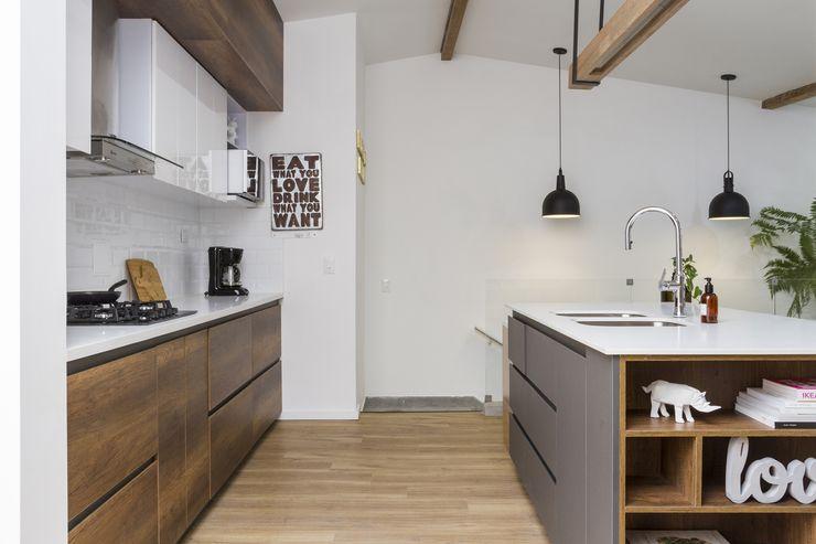 Adrede Arquitectura Moderne Küchen Holz Weiß