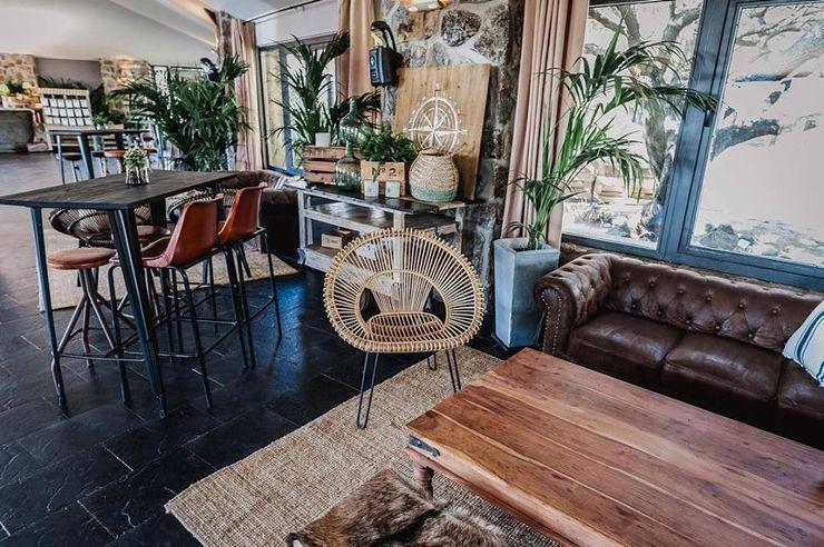 Espacios que transmiten mucho con muy poco. Muebles Marieta Salones rústicos de estilo rústico Madera maciza Marrón
