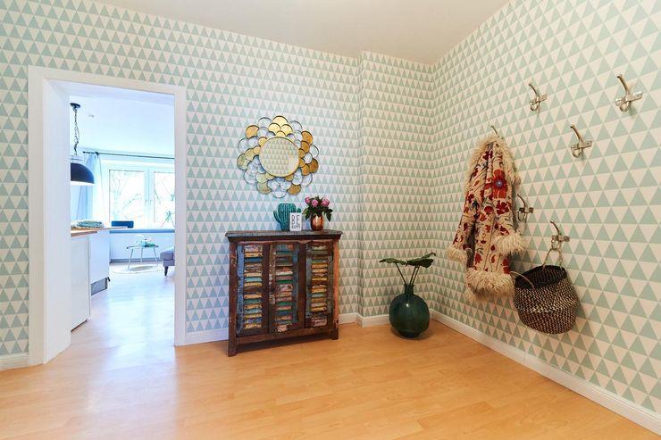 Möbliertes Appartement - Eingangsbereich NACHHER Tschangizian Home Staging & Redesign Ausgefallener Flur, Diele & Treppenhaus