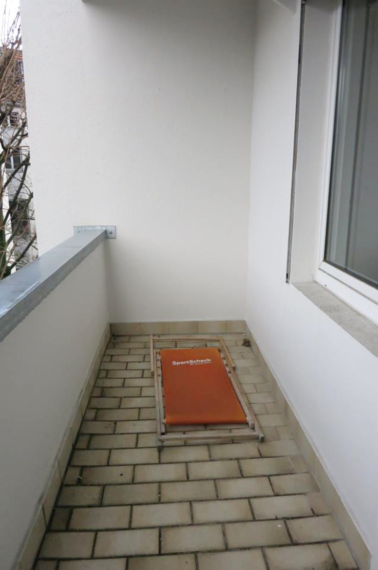 Möbliertes Appartement - Balkon VORHER Tschangizian Home Staging & Redesign Minimalistischer Balkon, Veranda & Terrasse