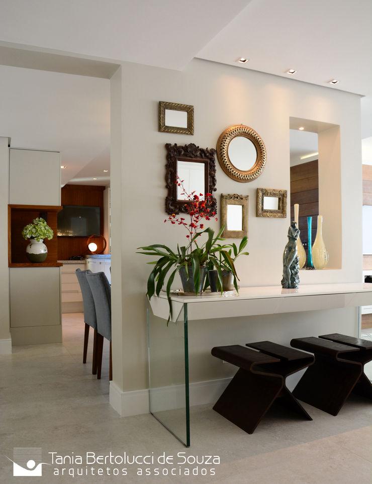 Hall de Entrada Tania Bertolucci de Souza | Arquitetos Associados Corredores, halls e escadas modernos