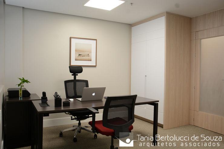 Escritório Tania Bertolucci de Souza   Arquitetos Associados Escritórios modernos