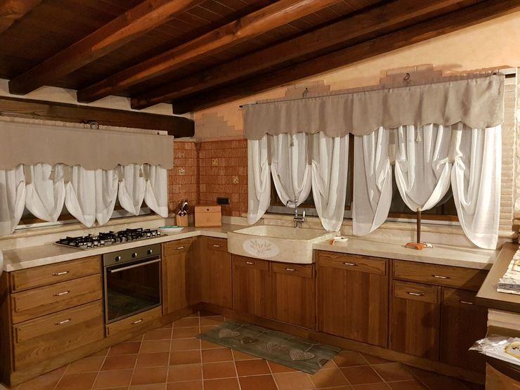 Cucina con lavello e piani in pietra beige CusenzaMarmi Cucina in stile mediterraneo Pietra Beige