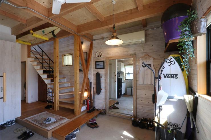 玄関土間 菅原浩太建築設計事務所 ラスティックスタイルの 玄関&廊下&階段 木 木目調