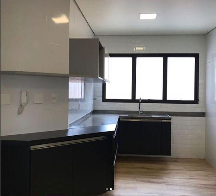 Cozinha reformada STUDIO SPECIALE - ARQUITETURA & INTERIORES Armários e bancadas de cozinha Madeira Efeito de madeira