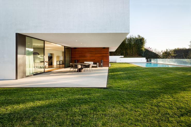 Pormenor da pala suspensa e patio João Boullosa Jardins modernos