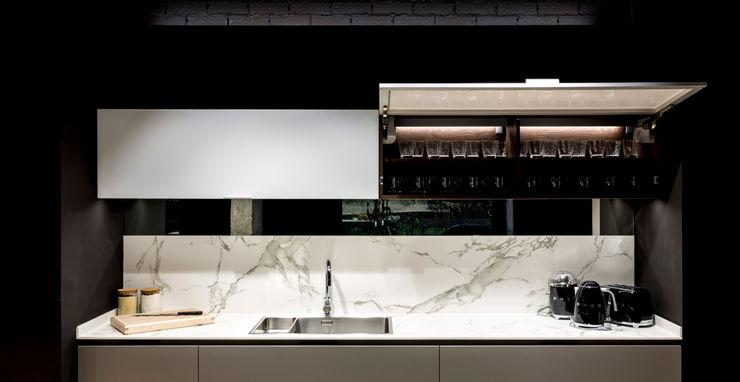 Muebles altos con sistema de apertura mecánica para facilitar su uso SANTOS VAGUADA Cocinas integrales Gris