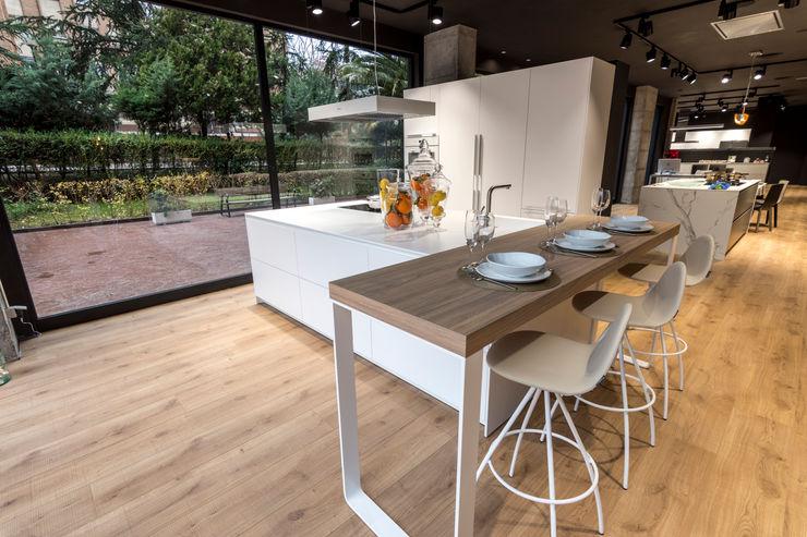Una cocina que se integra e invita a disfrutar SANTOS VAGUADA Cocinas integrales Blanco
