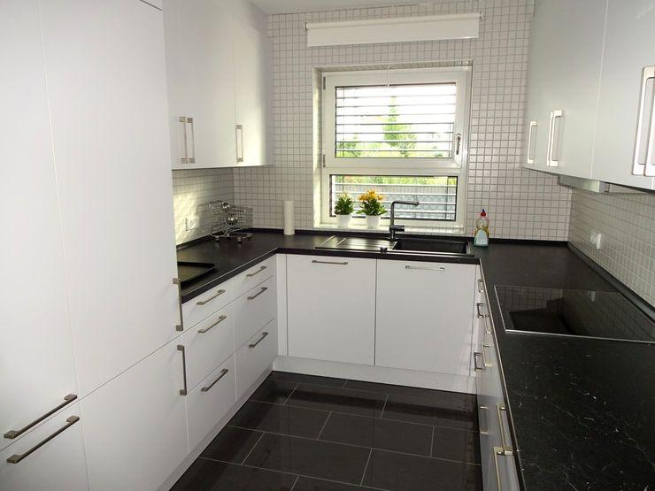 Junker Architekten Modern kitchen Concrete White