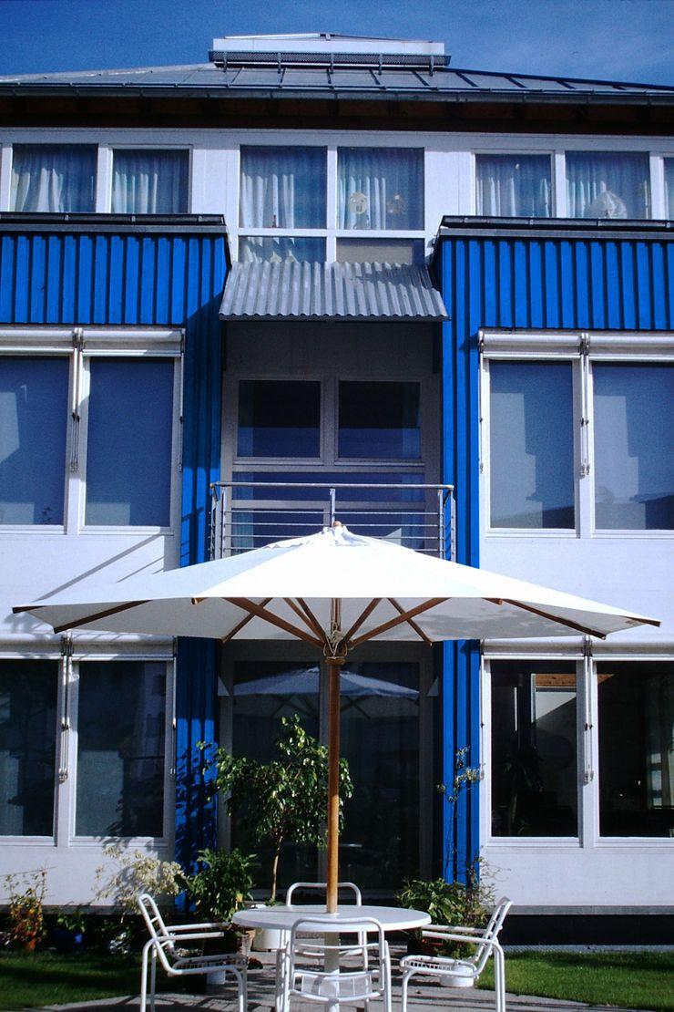 Junker Architekten Modern houses Wood Blue