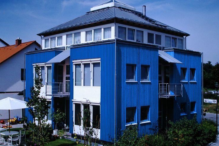 Junker Architekten Modern living room Wood Blue