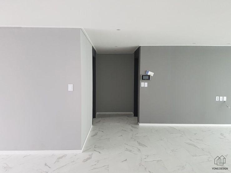 YONG DESIGN Modern corridor, hallway & stairs