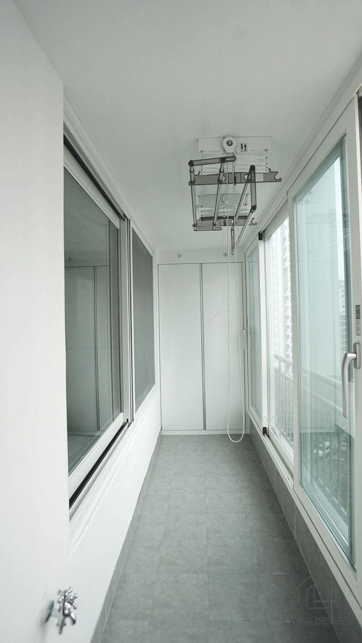 YONG DESIGN Modern balcony, veranda & terrace