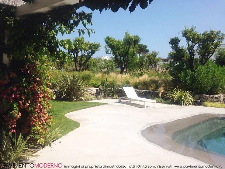 piscina effetto spiaggia con area relax Pavimento Moderno Piscine a laghetto Beige