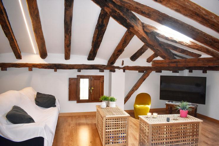 Buhardilla Arantxa Muru Interiorista Salones rústicos de estilo rústico