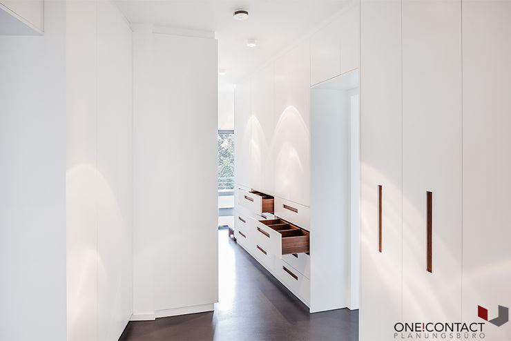 ÜBER DEN DÄCHERN ONE!CONTACT - Planungsbüro GmbH Minimalistische Ankleidezimmer Holzwerkstoff Weiß
