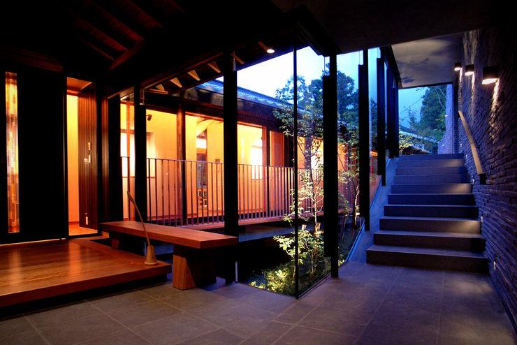雷山の別荘 エントランスホール TAPO 富岡建築計画事務所 モダンスタイルの 玄関&廊下&階段 石 黒色