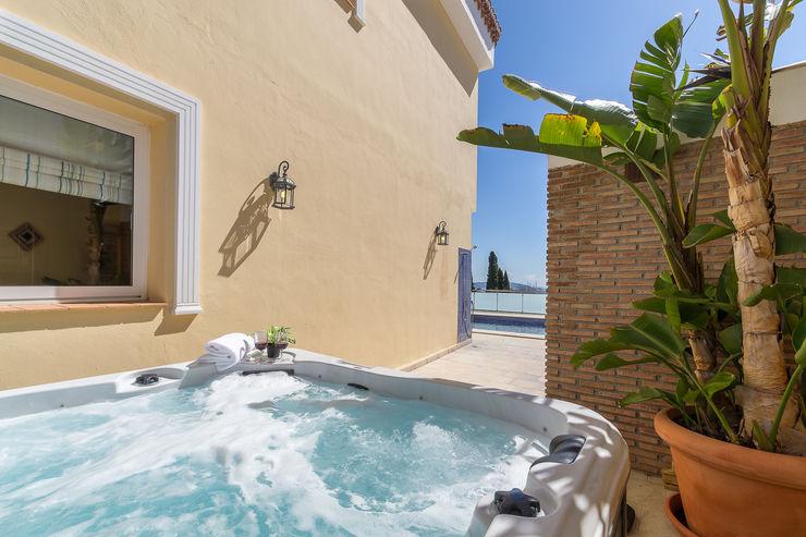 Bañera de hidromasaje Home & Haus | Home Staging & Fotografía Piscinas de estilo mediterráneo