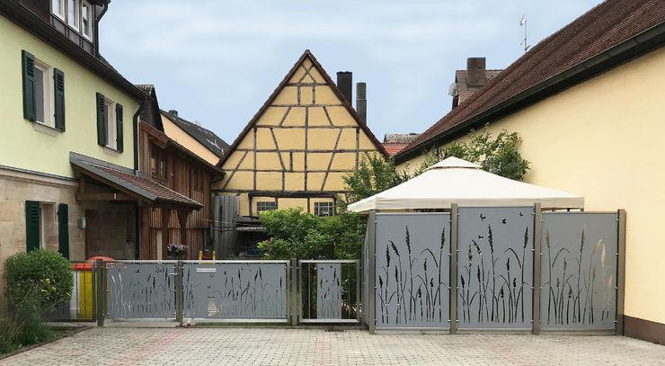 Edelstahl Sichtschutz im Landstil Edelstahl Atelier Crouse: Vorgarten Metall Metallic/Silber