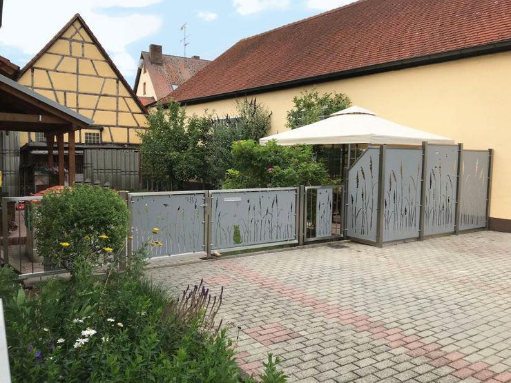 Hofeingang und Terrassensichtschutz Edelstahl Atelier Crouse: Vorgarten Metall Metallic/Silber