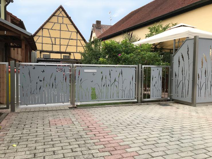 Hofeingangstor Edelstahl Atelier Crouse: Moderner Balkon, Veranda & Terrasse Metall Metallic/Silber