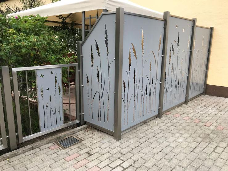 Terrassensicht- und windschutz Edelstahl Atelier Crouse: Moderner Balkon, Veranda & Terrasse Metall Metallic/Silber