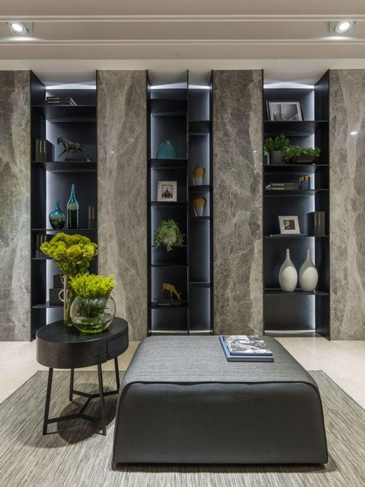 連接客廳與餐廳的公領域,打造展示櫃擺放屋主的收藏品 湘頡設計 Classic style corridor, hallway and stairs