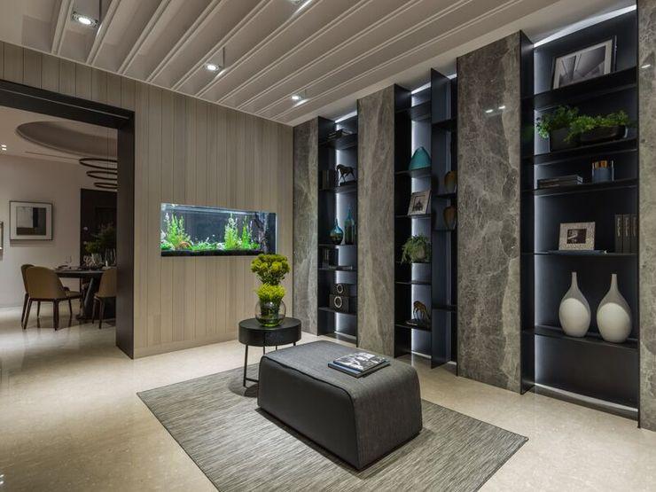 在屏風牆上嵌入水族箱,讓視覺更加活潑生動;放上一張沙發讓人在這駐留也不覺得無聊 湘頡設計 Classic style corridor, hallway and stairs