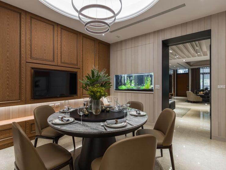 餐廳內圓桌取代方桌,讓空間更加有圓融的氛圍;吊燈也使用圓圈造型與客廳天花的吊燈相呼應 湘頡設計 Classic style dining room