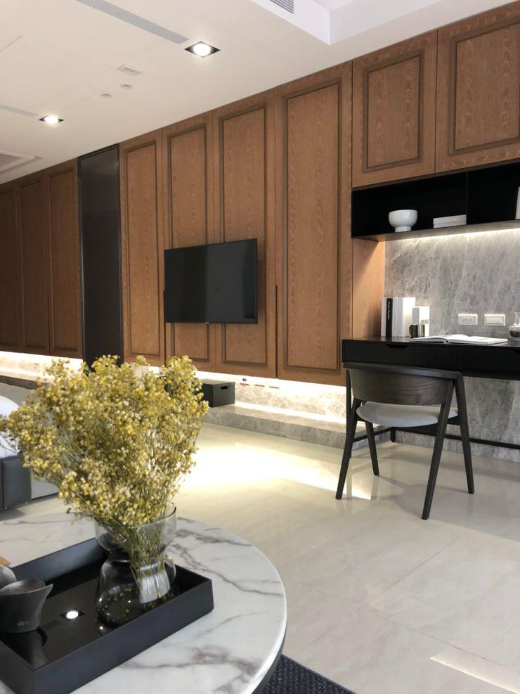 臥室內的電視牆後面是收納櫃;旁邊擺上工作桌,也可以是化妝台 湘頡設計 Small bedroom