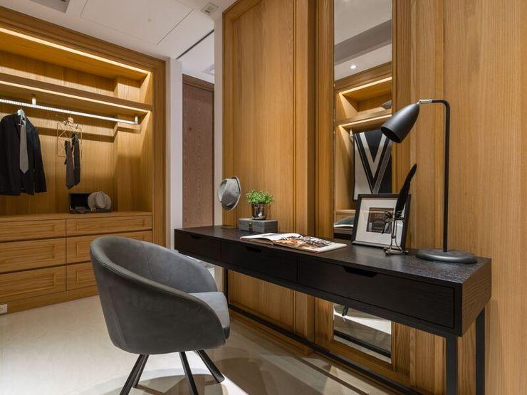 寬敞的更衣室 湘頡設計 Classic style dressing room Wood effect