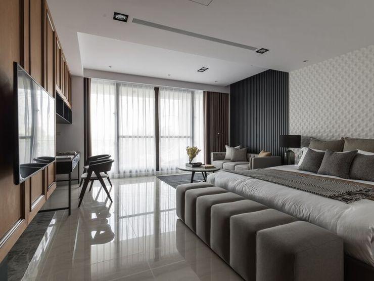 二樓主臥室也是使用大片落地窗並搭配休憩的沙發與壁掛式電視 湘頡設計 Small bedroom Grey