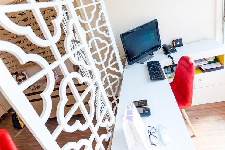 Escritório Arquit&thai Espaços comerciais modernos de madeira e plástico Branco