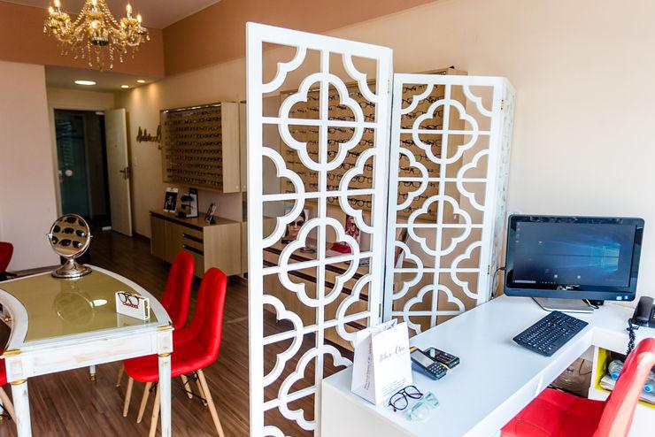 Biombo e ótica Arquit&thai Espaços comerciais modernos de madeira e plástico Branco