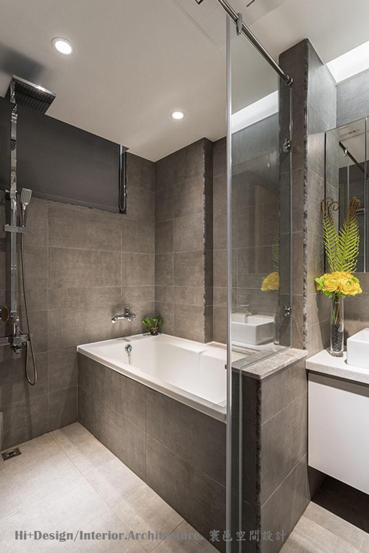 主臥房浴室 Hi+Design/Interior.Architecture. 寰邑空間設計 Modern style bathrooms Tiles Grey