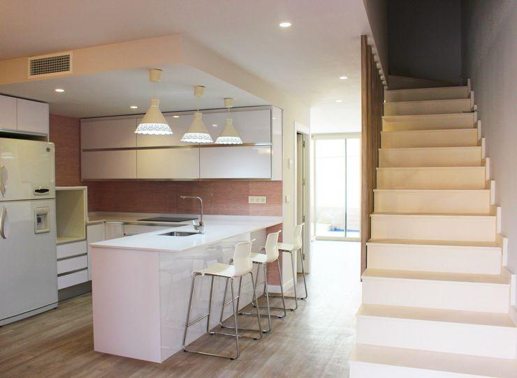 Cocina y escaleras de la planta baja. Keinzo Interiores Cocinas integrales Blanco