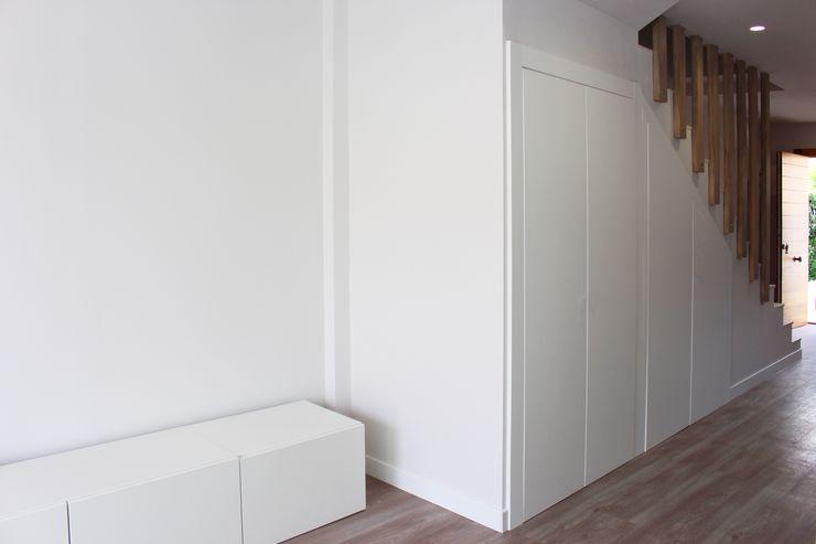 Reformas en la planta de arriba Keinzo Interiores Pasillos, vestíbulos y escaleras de estilo moderno Madera Blanco
