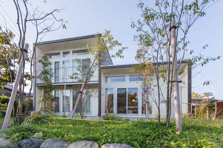 庭より南側外観を見る アース建築工房 木造住宅 スレート 白色