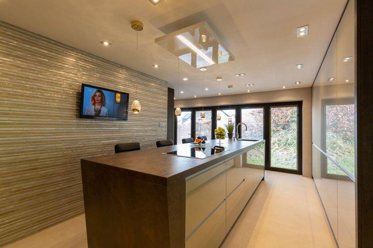 Mr & Mrs Sands Diane Berry Kitchens Built-in kitchens Glass Metallic/Silver