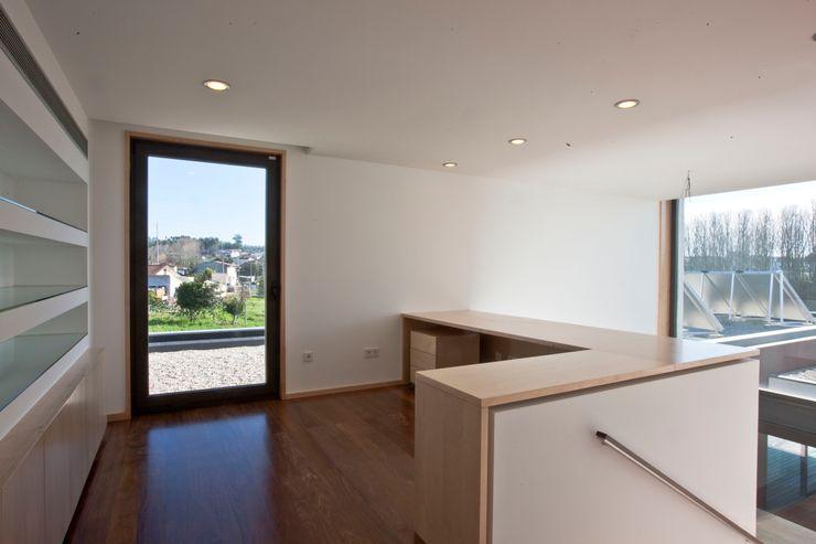 Melo & Filhos Carpintaria Modern Study Room and Home Office