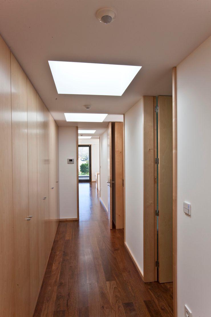 Melo & Filhos Carpintaria Modern Corridor, Hallway and Staircase