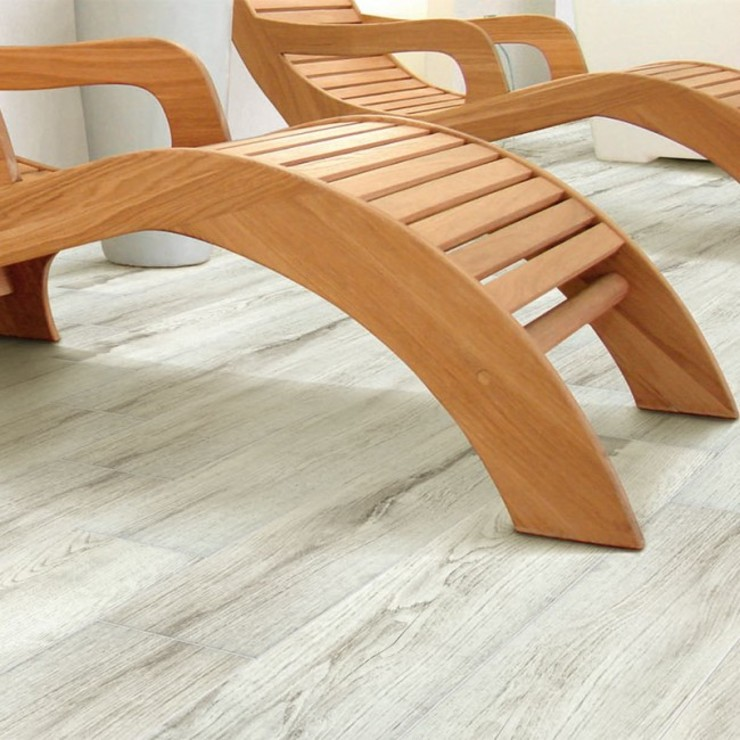 Pavimento finto legno in terrazza pavimento finto legno Balcone, Veranda & Terrazza in stile moderno Ceramica Grigio