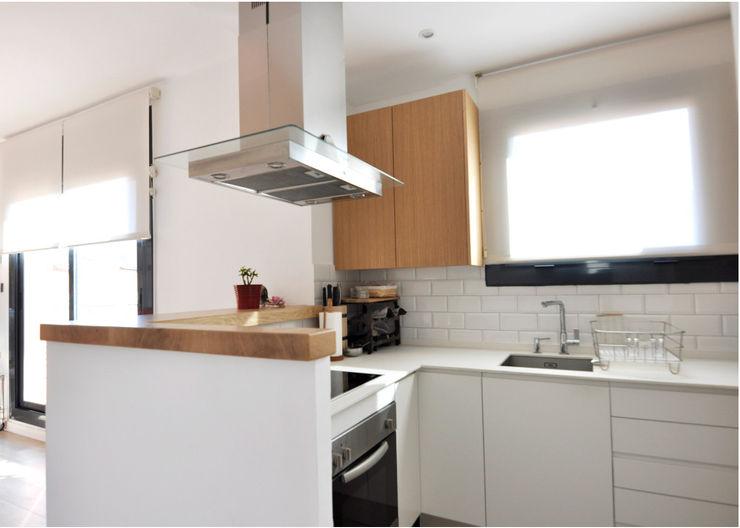 Rehabilitación y adecuación de un piso en Barcelona JSV-Architecture Cocinas pequeñas Blanco