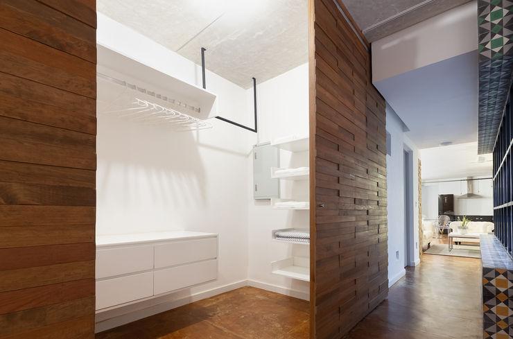 Daniel Cota Arquitectura   Despacho de arquitectos   Cancún Minimalist dressing room Wood Wood effect