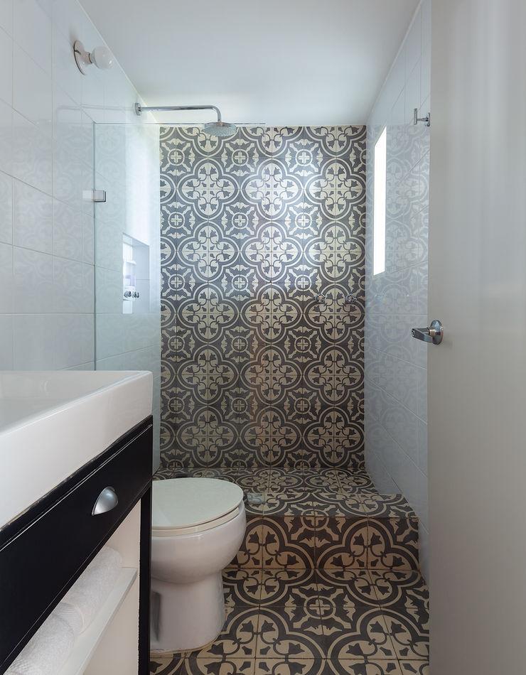 Daniel Cota Arquitectura   Despacho de arquitectos   Cancún Minimalist style bathroom Tiles White
