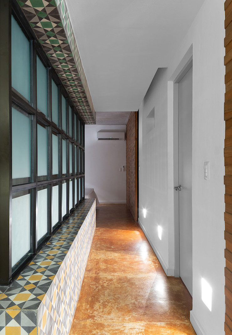 Daniel Cota Arquitectura   Despacho de arquitectos   Cancún Minimalist corridor, hallway & stairs Concrete White