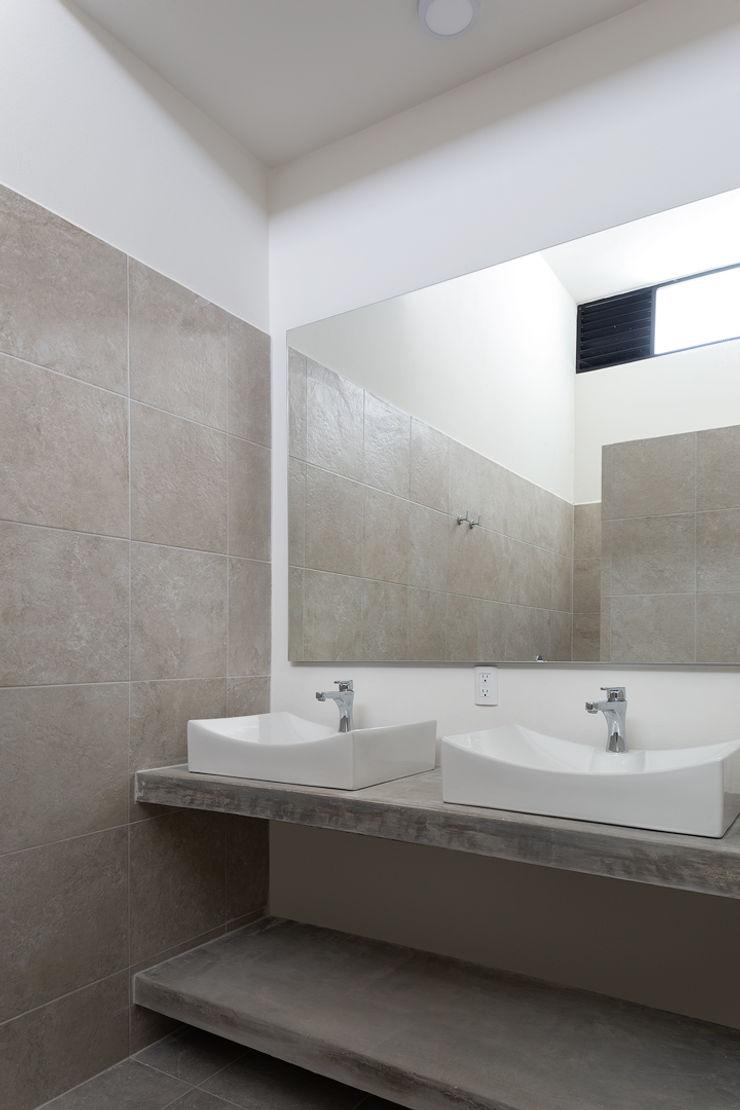 Daniel Cota Arquitectura | Despacho de arquitectos | Cancún Modern Bathroom Tiles Beige