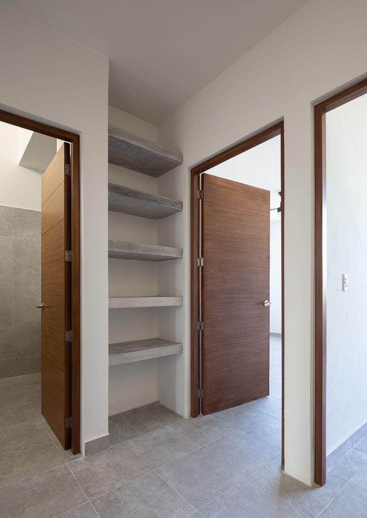 Daniel Cota Arquitectura | Despacho de arquitectos | Cancún Modern Corridor, Hallway and Staircase Wood Wood effect