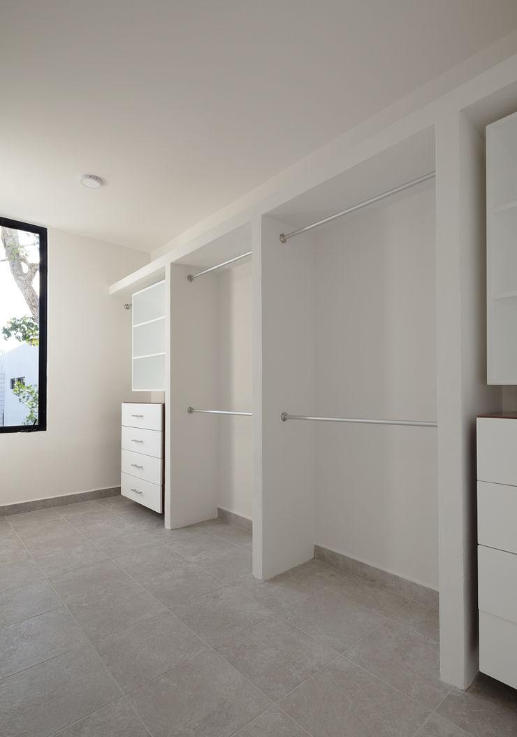 Daniel Cota Arquitectura | Despacho de arquitectos | Cancún Modern Dressing Room Wood White