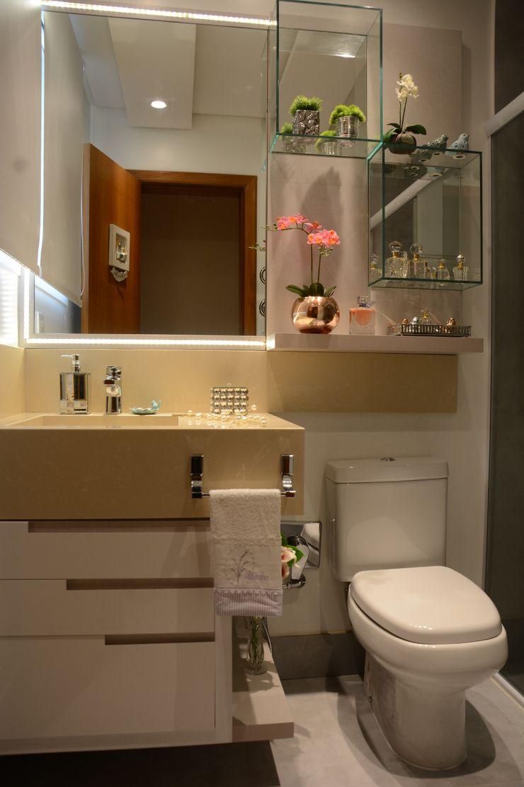 Banheiro Residencial Graça Brenner Arquitetura e Interiores Banheiros modernos MDF Branco